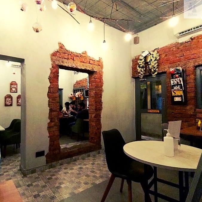 Snacking,Kolkata cafe decor